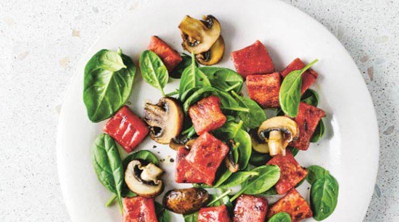 Rote-Bete-Gnocchi mit Spinat